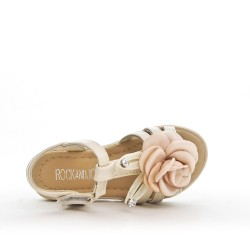 Sandalia chica beige con flor