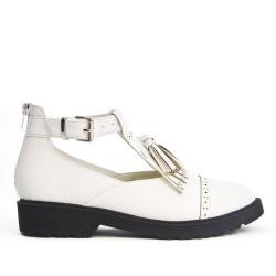 Zapato de piel sintética blanca con pompón