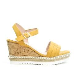 Sandale jaune en simili daim à talon compensée