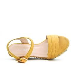 Sandale jaune en simili daim à talon compensé