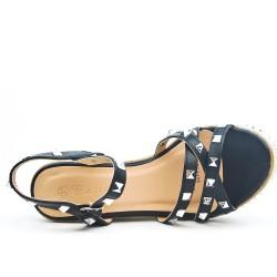 Sandale compensée ornée de clous disponible en 4 couleurs