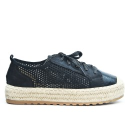 Black sneaker with lace