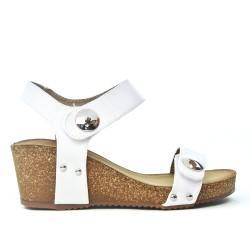 Sandalia de cuña blanca con correa de velcro