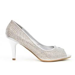 Zapato plateado con tacón de pedrería