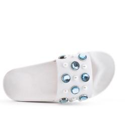 Claquette blanche ornée de strass bleu
