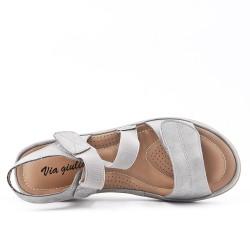Sandale confort grise avec élastique à petit compensé