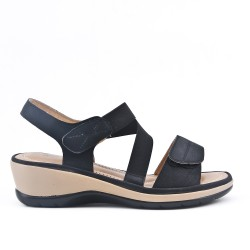 Sandale confort noire avec élastique à petit compensé