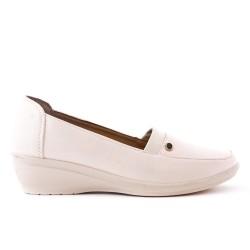 Chaussure confort beige en simili cuir avec petit compensé