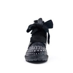 Botín de imitación de cuero negro con tachuelas