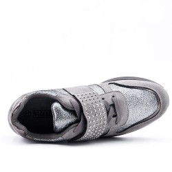 Basket grise à bride ornée de strass