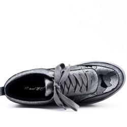 Basket grise avec plateforme à lacet