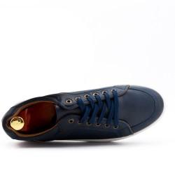 Zapatilla azul con detalles perforados