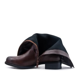 Brown boot in faux leather with flanges
