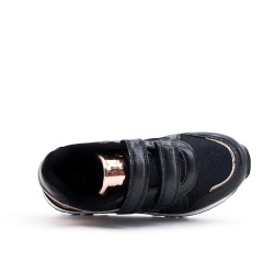 Zapatilla de deporte negra de la muchacha del corazón