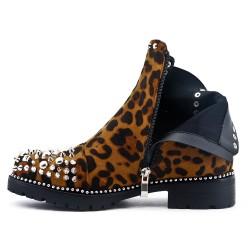 Bota de leopardo con tachuelas y tacón