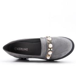 Mocassin gris orné de perle avec petit talon