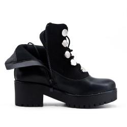 Bota de encaje negro con gran tacón.