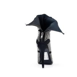 Bota negra con pedrería de tacón alto