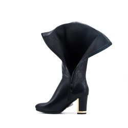 Bota negra de piel imitación con tacón.