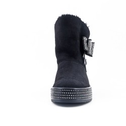 Black boot stuffed with knot