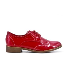 Derby in red lacquer with lace