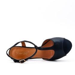 Shiny black sandal with heel