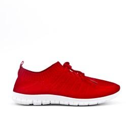 Chaussure rouge en textile extensible à lacet