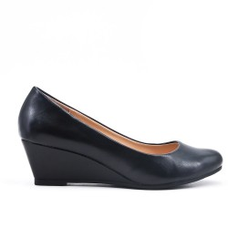 Black imitation leather pump with small wedge