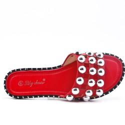 Claquette plate rouge ornée de perles