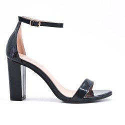 Black sandal in patent heel