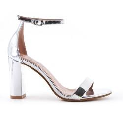 Sandalia de plata en charol