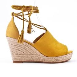 Sandale jaune compensée à lacet pompon