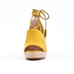 Sandalia de cuña amarilla con lazo de pompón