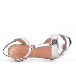 Sandalia de charol de plata metalizada con tacón alto