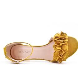 Sandale jaune en simili daim à fleur