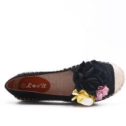 Zapatilla negra con flores