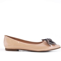 Ballerina in beige lacquer with bow