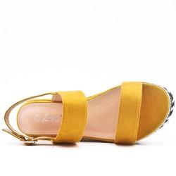 Sandale compensée jaune à boucle