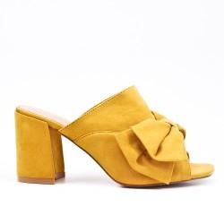 Claquette jaune en simili daim à nœud