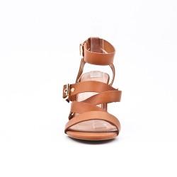 Sandalia de piel sintética camel con hebilla