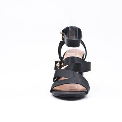 Sandalia de piel sintética negra con hebilla