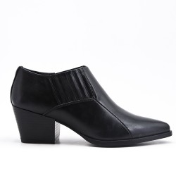 Black shoe with small heels