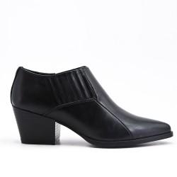 Zapato negro con tacones pequeños
