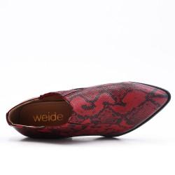 Zapato de serpiente con tacones pequeños.