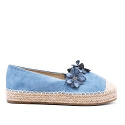 Zapatilla azul con flores