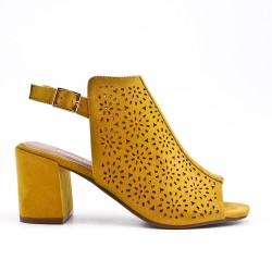 Sandale jaune en simili daim perforé
