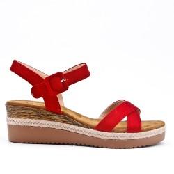Sandale rouge en simili daim à petit compensé