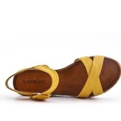Sandale jaune en simili daim à petit compensé