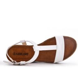 Sandalia de gamuza sintética blanca con cuña pequeña.