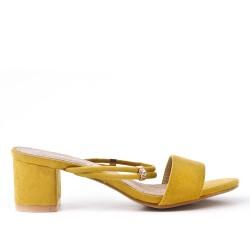 Claquette jaune en simili daim à talon carré